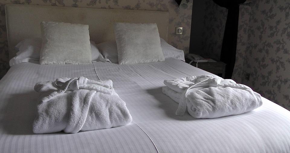 Hotelværelse med seng