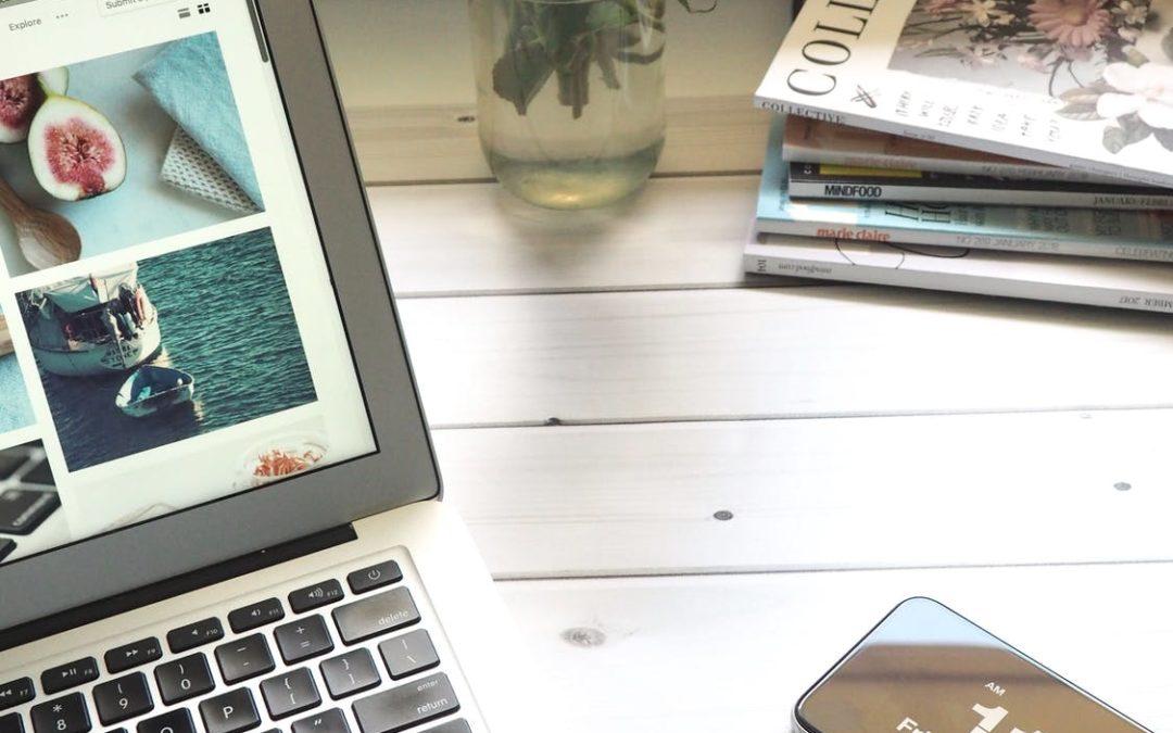 bord med tændt computer
