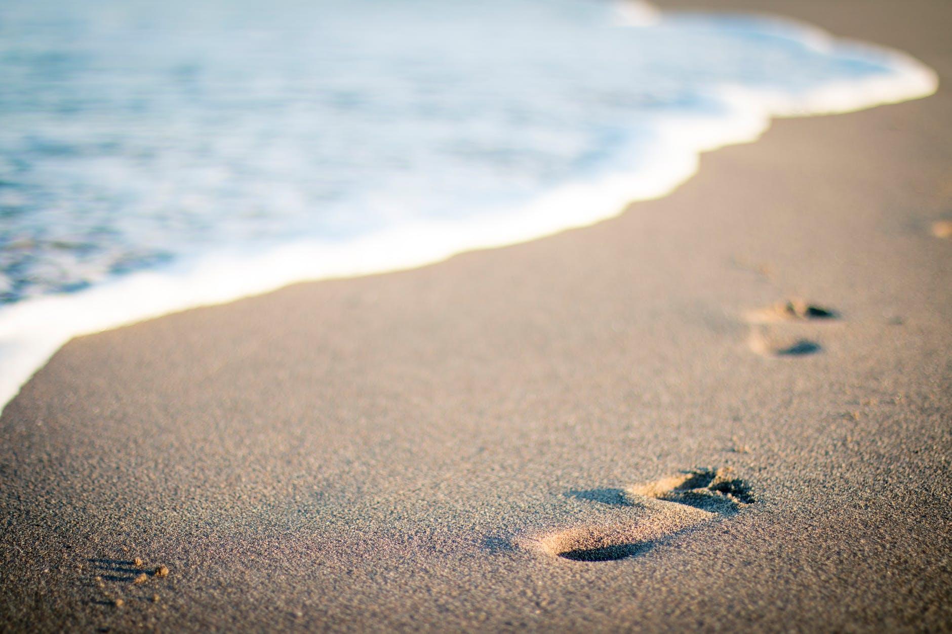 fodspor-ved-strand