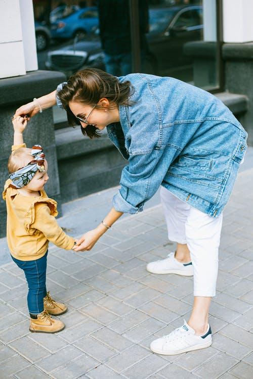 barn og kvinde holder i hånd