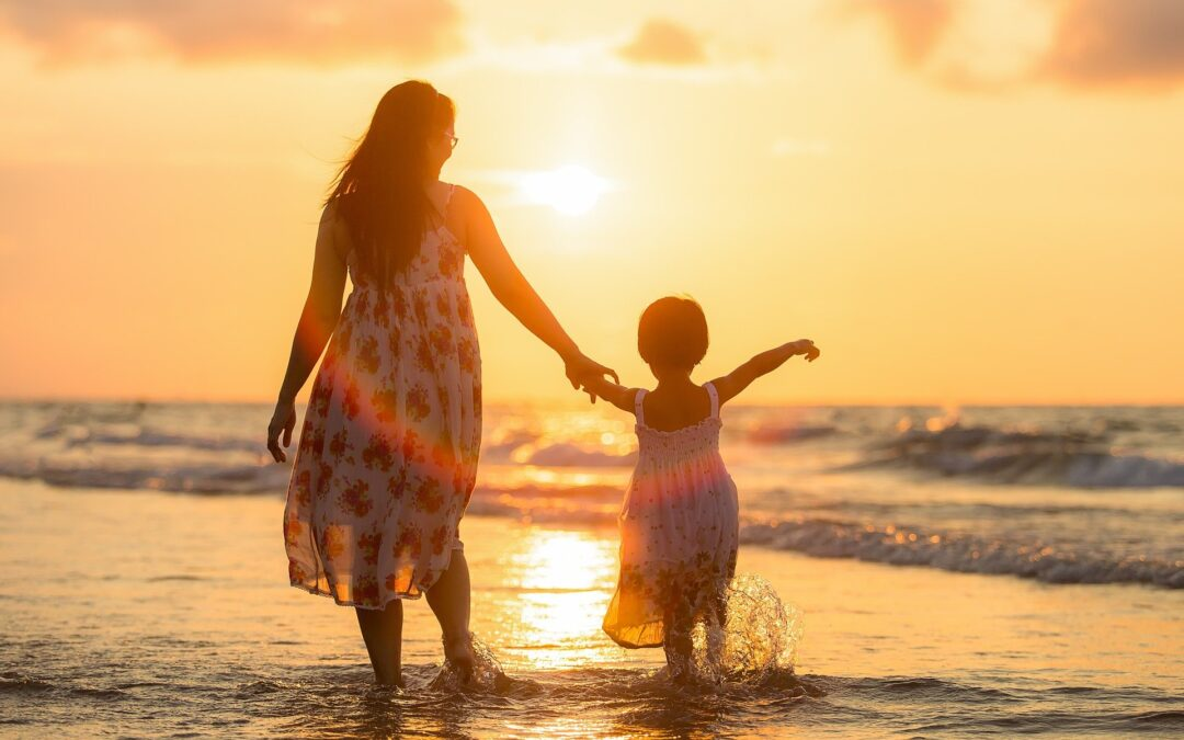 mor og datter på strand