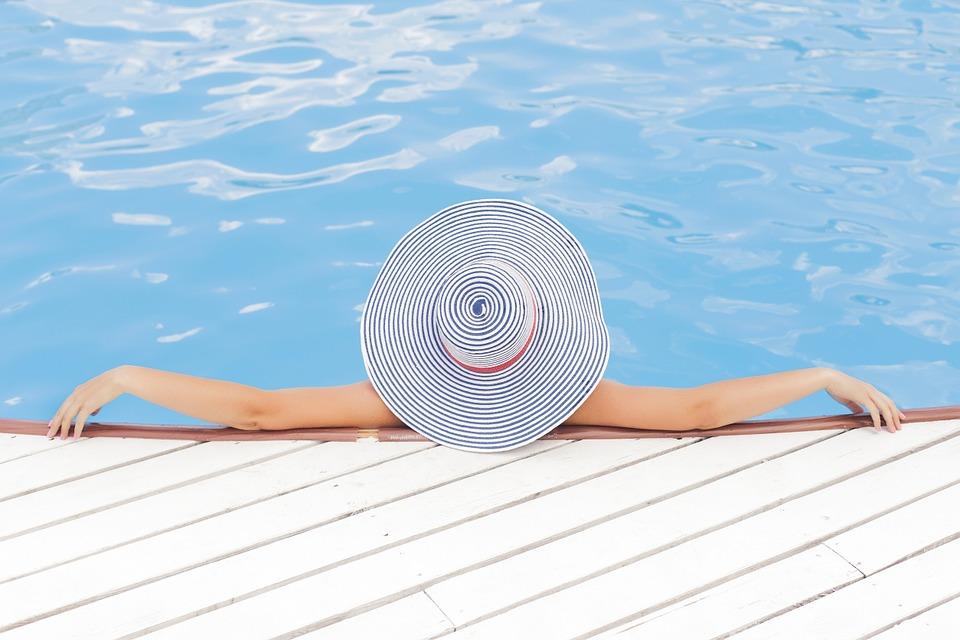 kvinde i pool